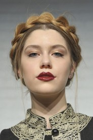 Alice + Olivia, Fall RTW 2013. Natural gold eyes and bold lips, beauty prediction for Anne Hathaway